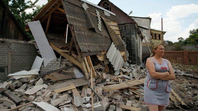 Жительница Горловки у разрушенного дома