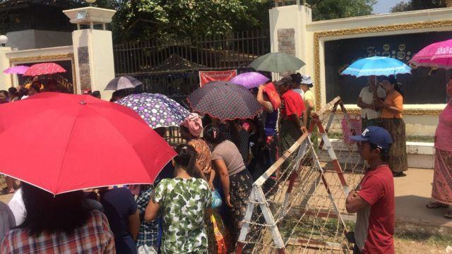 အင်းစိန်အကျဉ်းထောင်ရှေ့ စောင့်ဆိုင်းနေကြသူများ