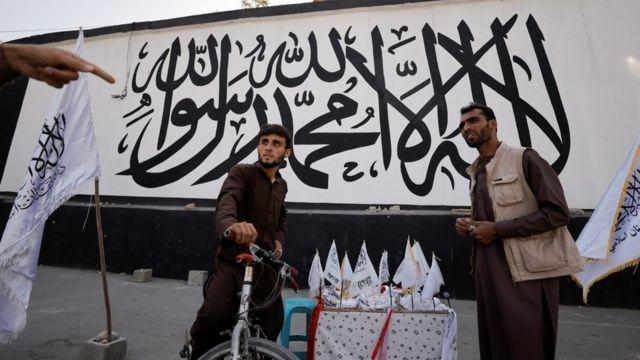 Bendera za Taliban zikiuzwa mjini Kabul
