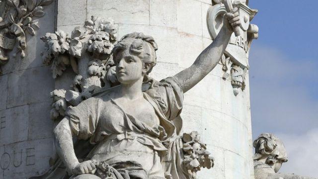 Escultura con los pechos desnudos en el monumento a la Marianne en la Plaza de la República en París.