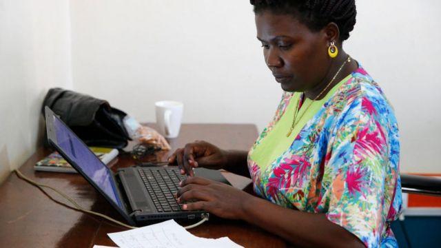 Femme qui travaille sur un ordinateur.