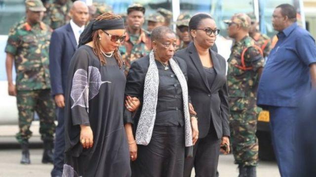 Anna Mkapa (hagati) umugore wa Benjamin Mkapa, aherekejwe ahabereye uwo muhango