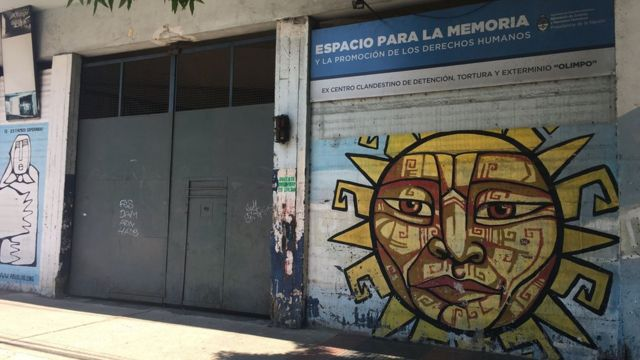 portas da antiga prisão El Olimpo