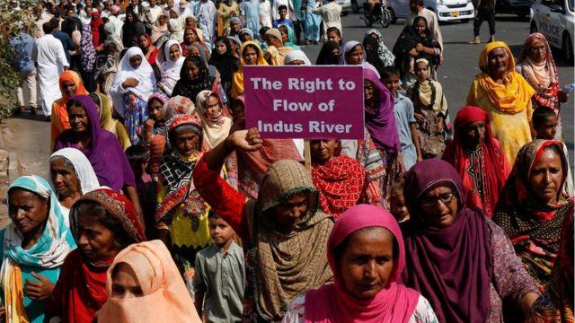 پاکستان فشرفوک فورم کے زیراہتمام دریاے سندھ پر ڈیموں کی تعمیر کے خلاف کیا جانا والا مارچ لاہور پہنچا۔ ان ماہی گیروں کا مطالبہ ہے کہ ڈیموں کی تعمیر دریائے سندھ میں پانی کا بہاؤ متاثر ہوگا جس سے ان کا روزگار وابستہ ہے۔