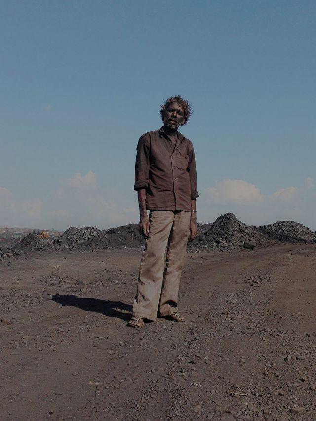 Hombre cubierto de ceniza en una mina de carbón de Jharia
