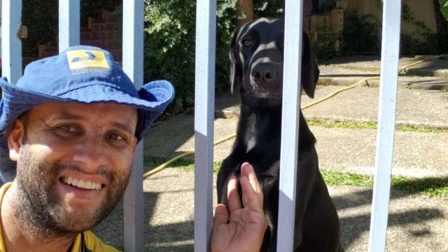 Angelo e um cachorro preto