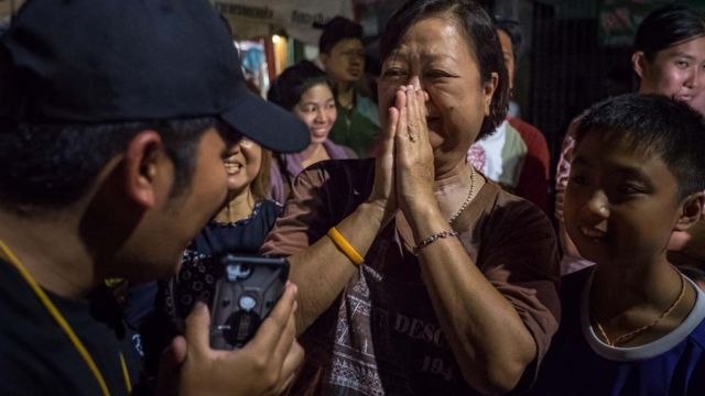 Sevinen Taylandlı bir kadın