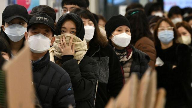 大邱市的民眾排隊買口罩。