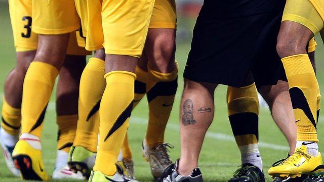 Pierna de Maradona mostrando el tatuaje de Castro.