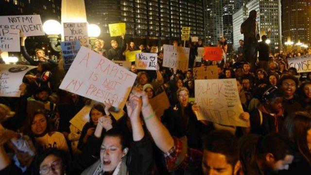 Trump-a qarşı olan yüzlərlə etirazçı nümayiş keçirib