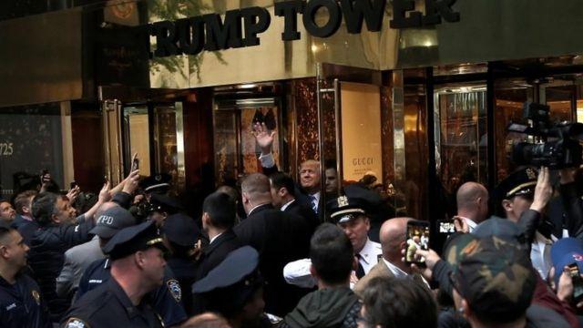 Pese al escándalo, seguidores de Trump lo saludaron este sábado en Nueva York