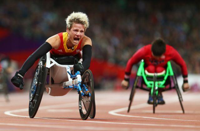 Marieke Vervoort celebra su medalla de oro.