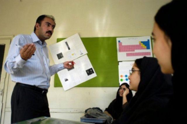 دکتر آرش علایی سالها در زمینه ایدز در ایران کار تحقیقاتی انجام داده است
