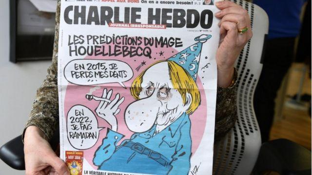 روی جلد نشریه شارلی ابدو در روز حمله به این نشریه در سال ۲۰۱۵ تصویری از آقای ولبک چاپ شده بود که میگفت سال ۲۰۲۲ ماه رمضان را روزه میگیرم.