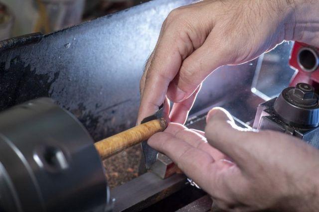 قلم بنانے والے اپنے گھروں سے لیتھ مشینوں پر کام کرتے ہیں