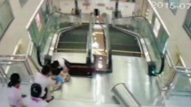 荊州市のショッピングセンターでは昨年7月、エスカレーターの上り口の床に穴が開き、落ちた女性が死亡した