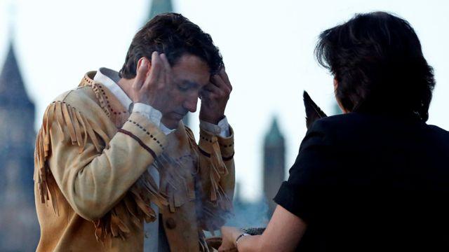 El primer ministro de Canadá, Justin Trudeau participó en una ceremonia indígena durante el Día Nacional de los Aborígenes de Canadá, en Gatineau, Quebec, junio de 2016