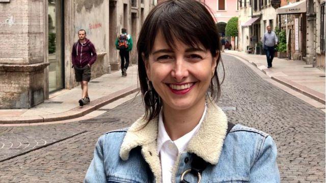 Marina Chevrand em rua da Itália
