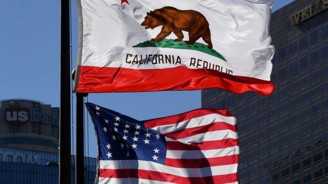 """علم """"جمهورية كاليفورنيا"""" فوق العلم الأمريكي"""