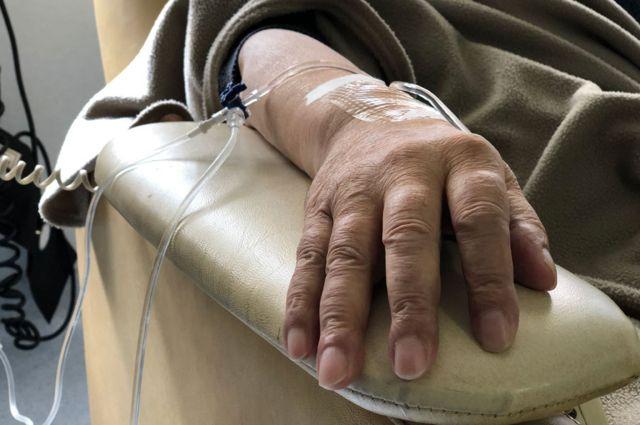 Una paciente recibe un tratamiento de quimioterapia
