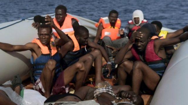 Los inmigrantes miran horrorizados los cuerpos de quienes murieron sofocados