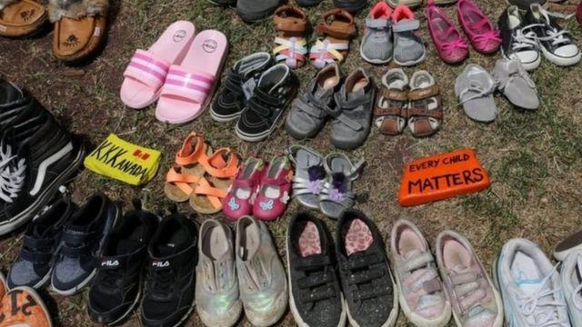 'جان هر کودک ارزش دارد'، کفشهایی که به یاد کودکان بومی پیدا شده در گورهای جمعی کنار یادواره آنان گذاشتهاند