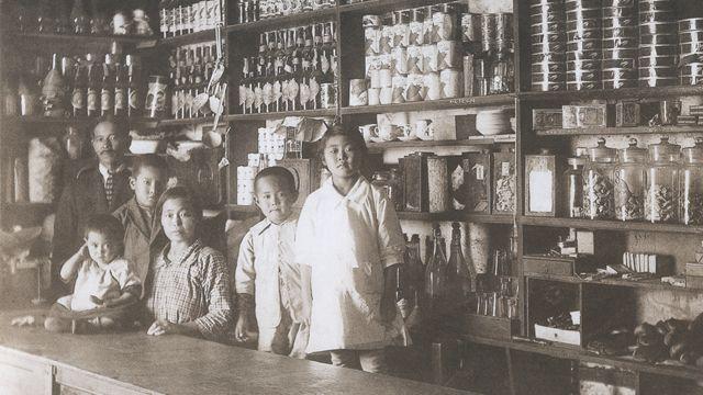 Uma família de imigrantes japoneses em uma loja no Peru