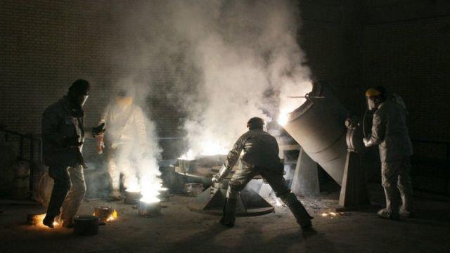 Trabajadores en una instalación de conversión de uranio en las afueras de Isfahan, 30 de marzo de 2005