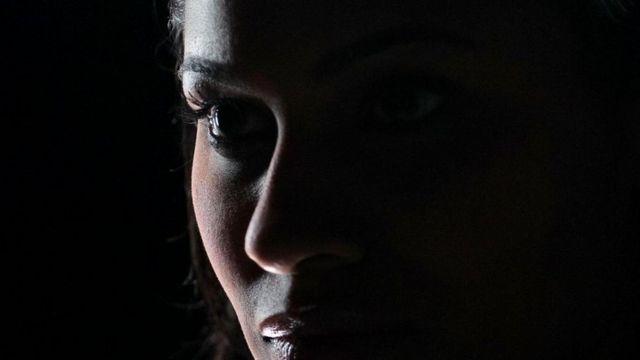 Женщина в темноте