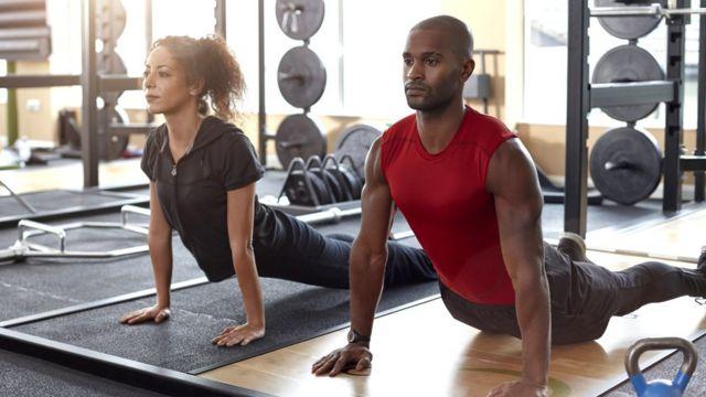 Hombre y mujer haciendo yoga