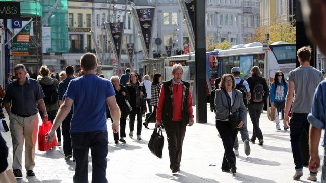 Irlandeses caminham na rua