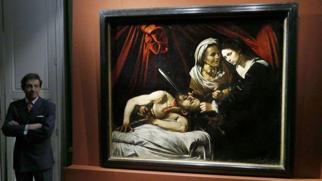 今回見つかった油絵と鑑定したエリック・ターカン氏(写真左)