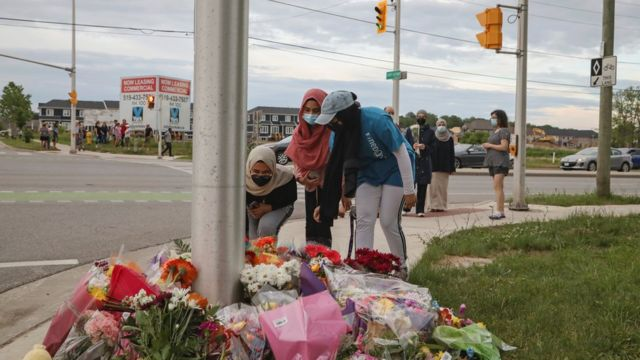 أُقيم نصب مؤقت للضحايا في موقع الحادث