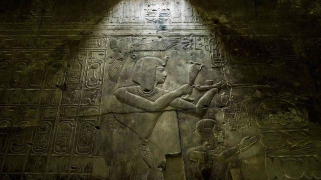 نقوش بارزة على أحد جدران معبد الملك سيتي الأول، عصر الدولة الحديثة، في أبيدوس