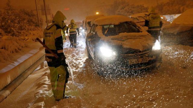 رجال الإطفاء يساعدون السائقين العالقين في مدريد