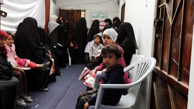 أطفال ونساء في قاعة علاج