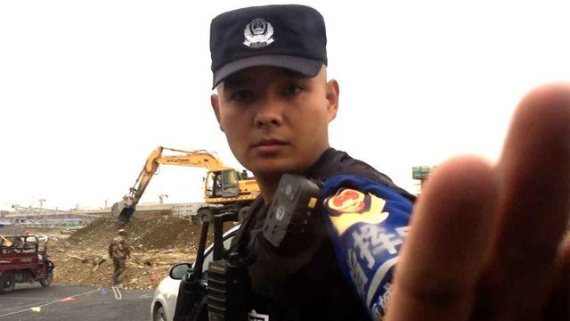 警察抬手阻止BBC拍攝