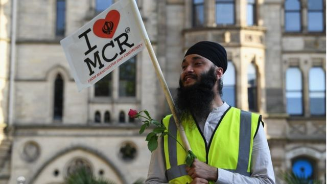 Homem durante vigília em Manchester