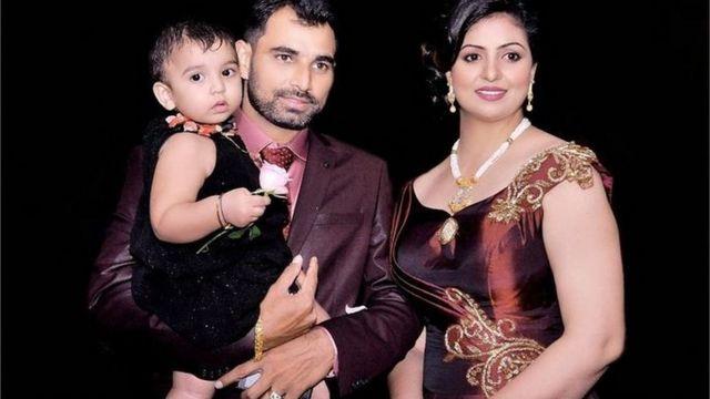 मोहम्मद शमी अपनी पत्नी और बच्चे के साथ