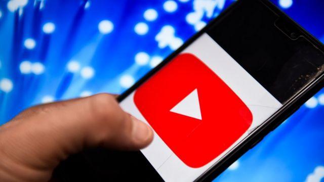 Celular con el logo de YouTube.