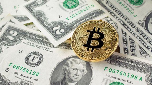 gros plan sur la cryptographie des pièces de monnaie en or.