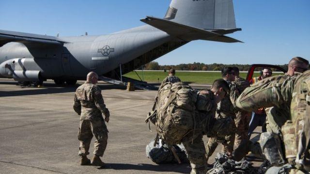 Tropas de EE.UU. abordan un avión