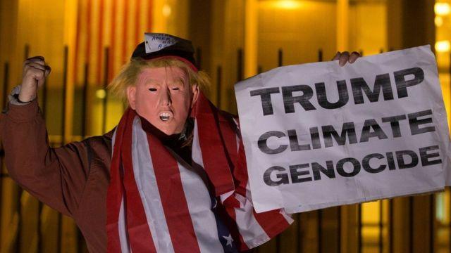 مجسم للرئيس الأمريكي يقول: ترامب يرتكب إبادة في حق المناخ