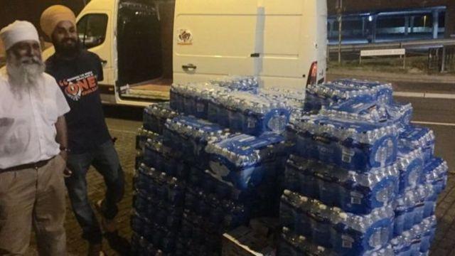 Благотворительная организация Khalsa Aid раздала застрявшим в пробках людям тысячи бутылок воды