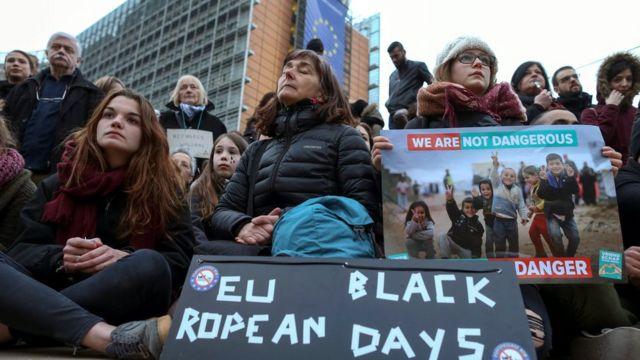 移民交換の提案は国際法に違反していると非難されている(写真は、ブリュッセルのEU本部前で抗議デモをする人々)