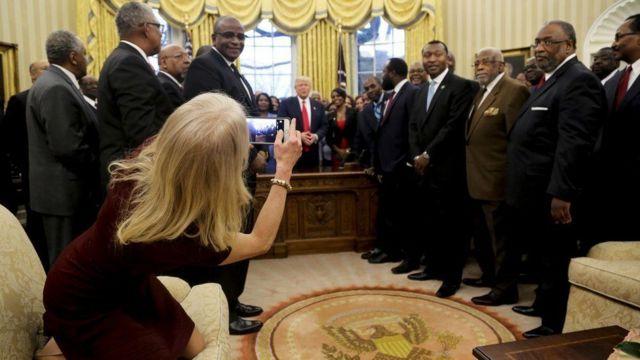 Келліенн Конуей також сфотографувала зустріч на телефон