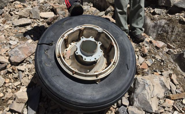 A rueda encontrada entre los restos del avión.