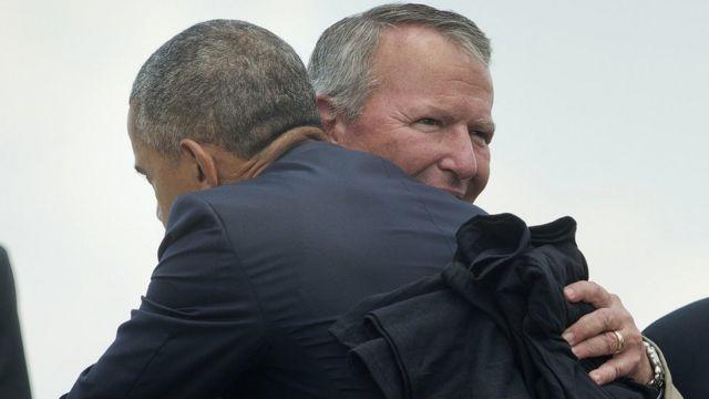オーランドに専用機で到着した大統領と抱き合うダイヤー市長