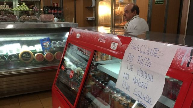 Un cartel que informa de la falta de pan