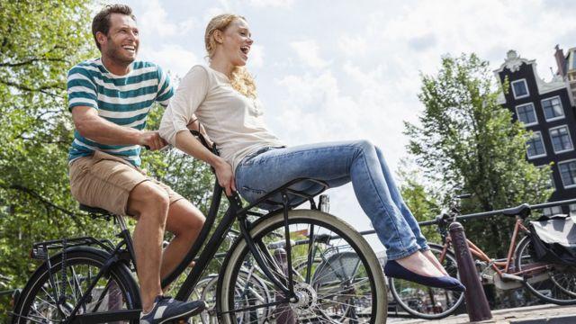 Pareja de neerlandeses en bicicleta